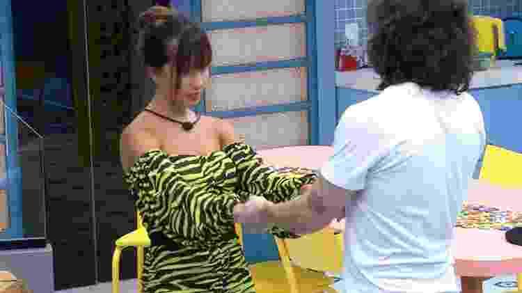 BBB 21: Thaís e Fiuk conversam na cozinha - Reprodução/Globoplay - Reprodução/Globoplay