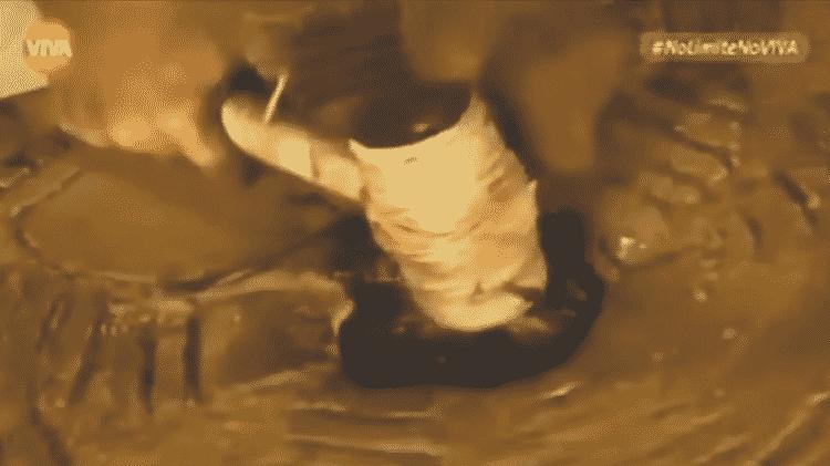 Nas edições antigas de 'No Limite', Zeca Camargo quebrava a mandala do participante eliminado - Reprodução/Canal VIVA - Reprodução/Canal VIVA