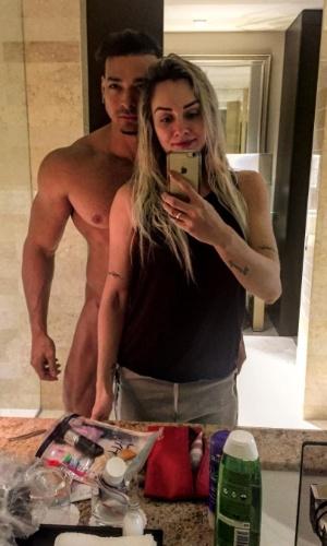 22.set.2015 -  A dois dias do casamento, Juju Salimeni posou com o noivo, Felipe Franco, nu