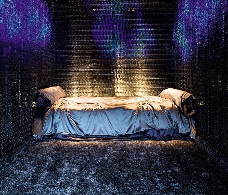 A cama desarrumada é o centro das atenções no quarto Indústria do Descanso, de Cesar Becerra, Fernando Puente e Arnao Manuel de Rivero. O estilo industrial, o mix de texturas e a iluminação cênica, que valoriza o escuro, definem este dormitório incomum | A Casa Cor Peru (www.casacor.com.br) fica em cartaz até 8 de novembro de 2015