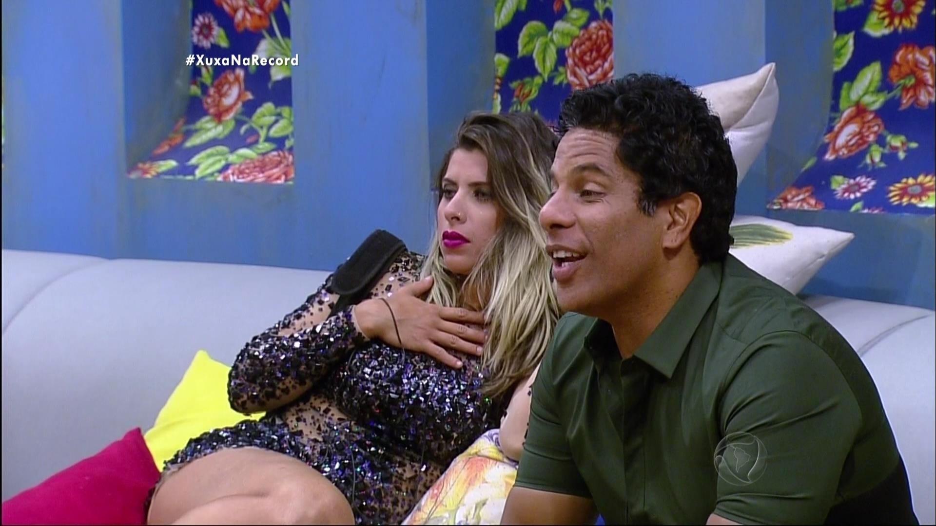 7.dez.2015 - Xuxa surpreendeu os finalistas Luka, Douglas e Ana Paula
