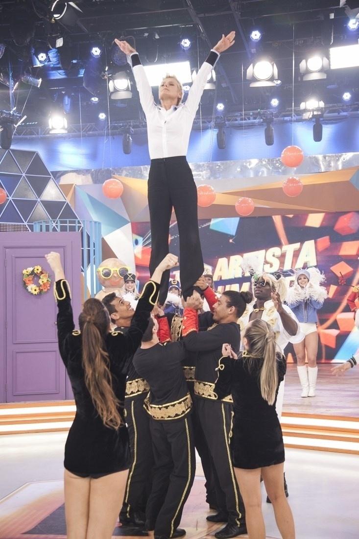 """17.dez.2015 - Xuxa se apresenta com paquitos e paquitas no especial de Natal do programa """"Legendários"""""""