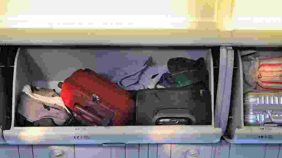 Empresas low cost passaram a cobrar para que passageiros usem bagageiros sobre poltronas de aviões - Getty Images