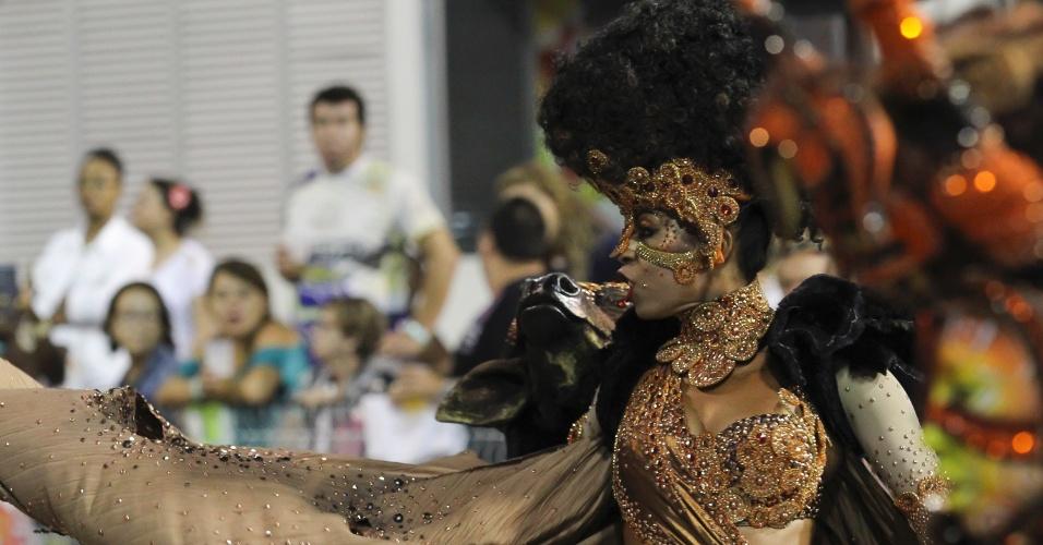07.fev.2016 - Mocidade Alegre desfilou na madrugada deste domingo narrando a história do samba