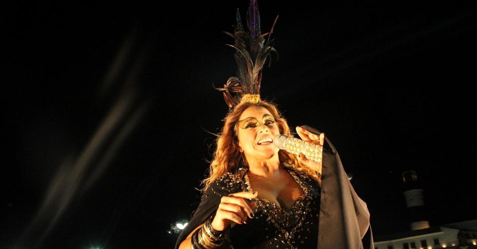 """7.fev.2016 - Acompanhada por """"esqueletos"""", Daniela Mercury se apresentou de preto em seu trio Crocodilo no circuito Barra-Ondina, em Salvador"""