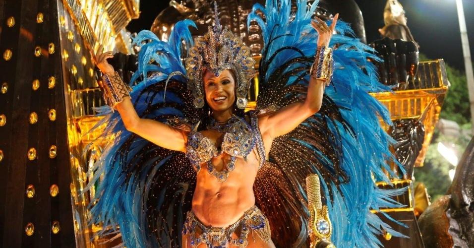 9.fev.2016 - Destaque da escola, Gracyanne Barbosa se aquece na concentração do desfile da Portela, que contou a história da humanidade