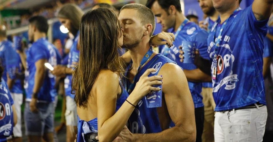13.fev.2016 - Thaila Ayala beija o namorado, o francês Adam Senn, em camarote da Sapucaí