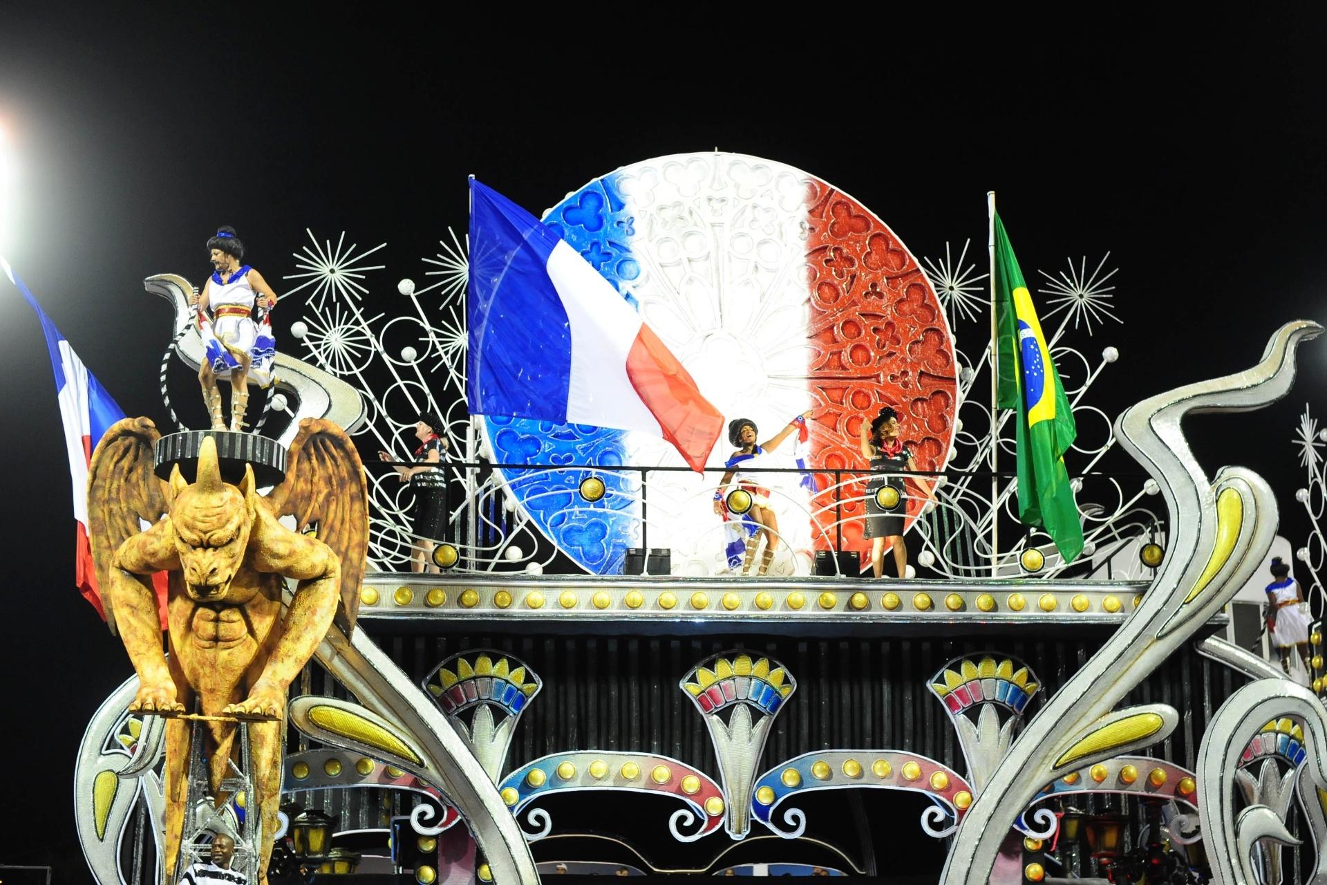 13.fev.2016 - Vai-Vai une Brasil e França no mesmo carro alegórico