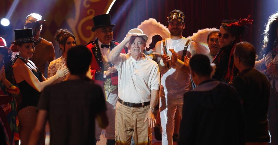 Renato Aragão é aplaudido durante a gravação do número musical