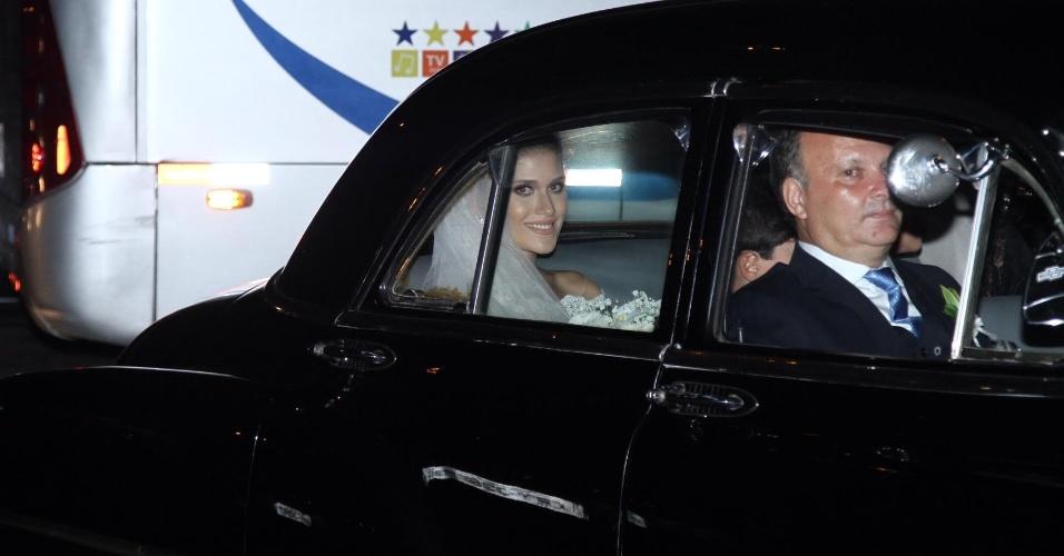 02.mar.2016 - A noiva Alice Souto chegou para a cerimônia que será celebrada pelo padre Fábio de Melo