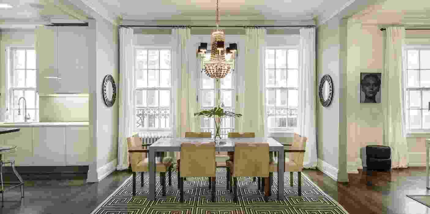 """Uma Thurman colocou à venda sua cobertura, localizada em Nova York, EUA, por mais de US$ 6 milhões, cerca de R$ 22 milhões (cotação do dia 29.abr.2016). A atriz de """"Pulp Fiction"""" se mudou para o local, com vista para o Gramercy Park, há 15 anos ao lado de seu então marido, o ator Ethan Hawke. Na foto, o espaço de jantar que fica próximo à cozinha (à esq.) - Corcoran.com/ Divulgação"""