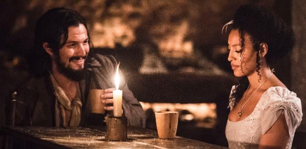 """Bertoleza (Sheron Menezzes) e Gaspar (Romulo Estrela) conversam numa taverna em """"Liberdade, Liberdade"""" - Caiuá Franco/TV Globo"""