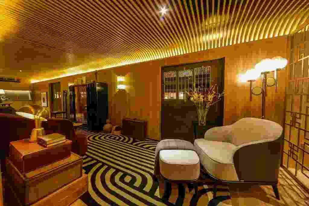 O estar do Lounge Déco, criado pelo arquiteto Léo Shehtman, tem o piso revestido pelo tapete da By Kamy em linhas sinuosas. Os destaques vão para a poltrona da Dunelli, as arandelas de latão e murano e para o móvel-bar ebanizado francês, datado da década de 1920 - Divulgação