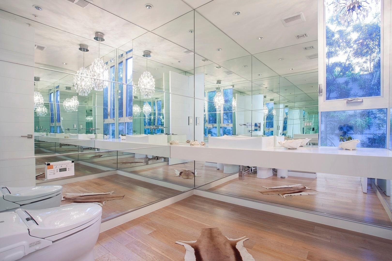 Ter um dia de celebridade também é possível no Airbnb. Por R$ 6.296 por dia, você aluga um quarto em uma casa luxuosa com direito a banheiro espelhado, louças brancas, lustres de cristal e tapete de pele animal, em Los Angeles, Estados Unidos
