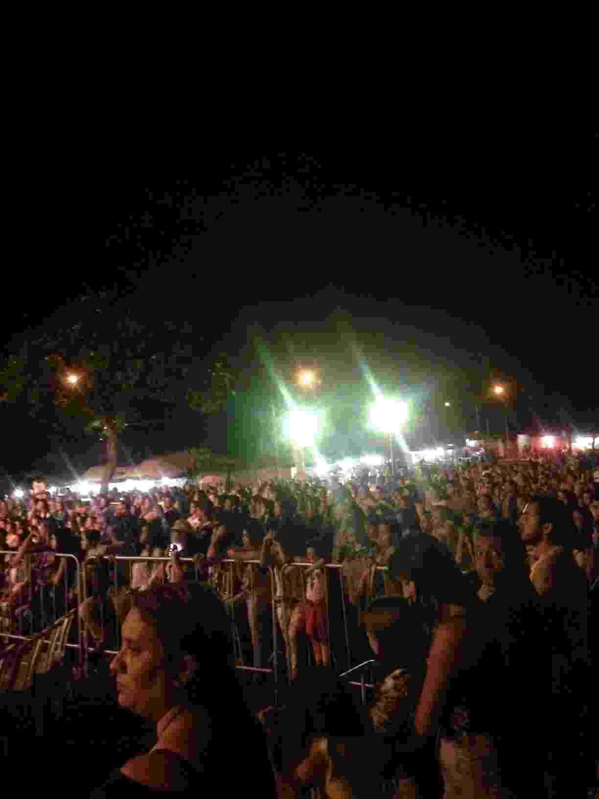 22.jun.2016 - A missa de um ano da morte do cantor Cristiano Araújo e de sua namorada Allana Moraes levou mais de 4.000 pessoas ao estacionamento da paróquia Nossa Senhora da Assunção, em Goiânia - Matheus Monteiro /UOL
