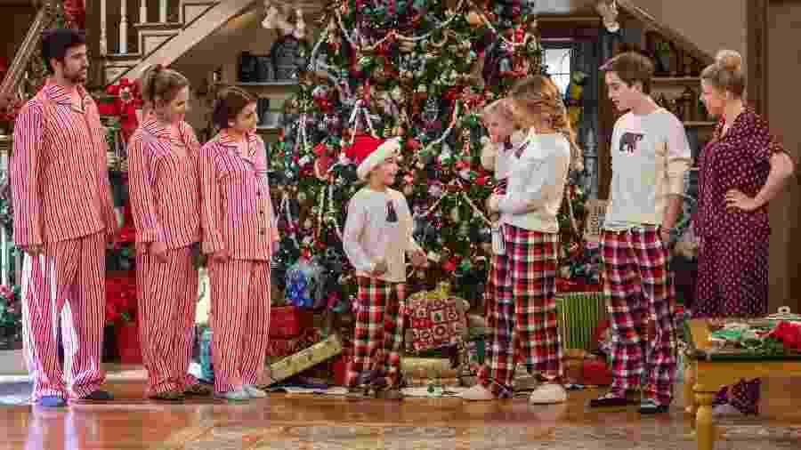 """Família Fuller comemora o Natal em cena da segunda temporada de """"Fuller House"""" - Michael Yarish/Netflix/Divulgação"""