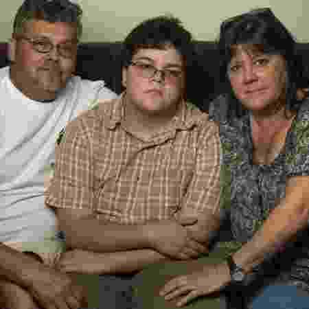 O garoto Gavin Grimm entre o pai David e a mãe Deirdre, na casa da família em Gloucester, Nova Jersey - Reprodução/Nikki Kahn/The Washington Post - Reprodução/Nikki Kahn/The Washington Post