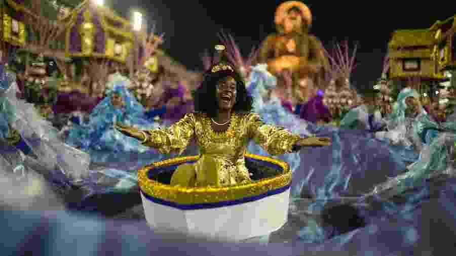 27.fev.2017 - Maior campeã do Carnaval carioca, com 21 campeonatos, a Portela desfila - Bruna Prado/UOL