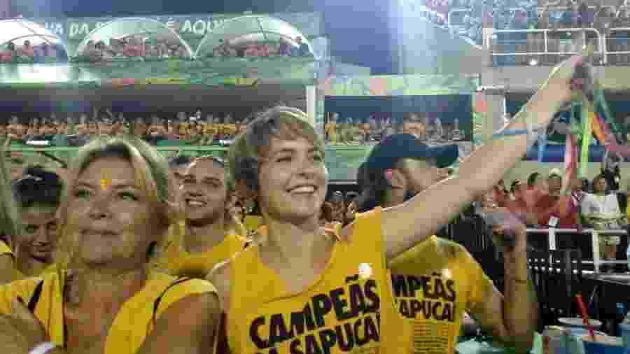 Claudia Abreu chamou atenção pela animação em camarote da Marquês de Sapucaí, no Rio, no desfile das campeãs - Ana Cora Lima/UOL