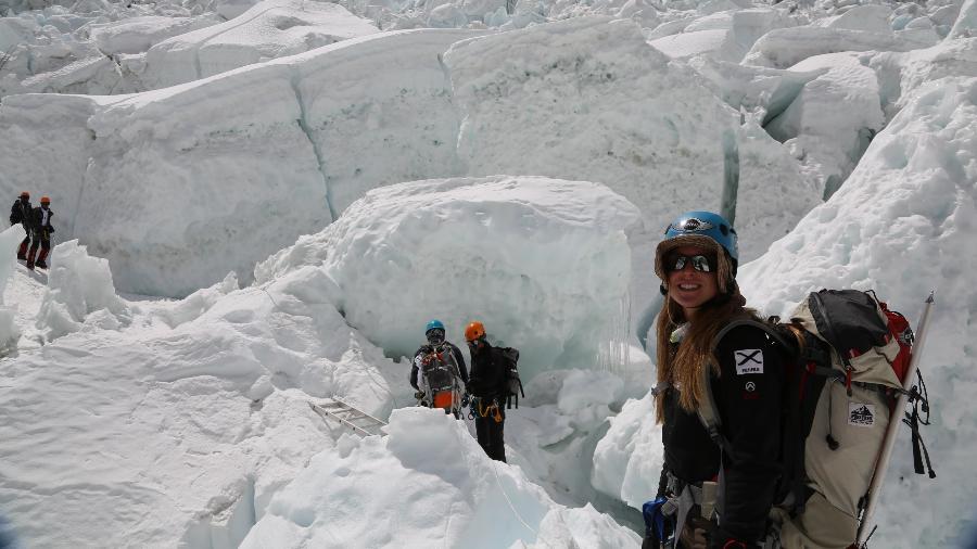 Karina Oliani no Everest em 2013, em escalada pela face Sul (Nepal); dessa vez ela vai pela face Norte (Tibete) - Pitaya Filmes/Divulgação