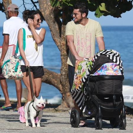 Yanna Lavigne e Bruno Gissoni passeiam com a filha, Madalena - AgNews
