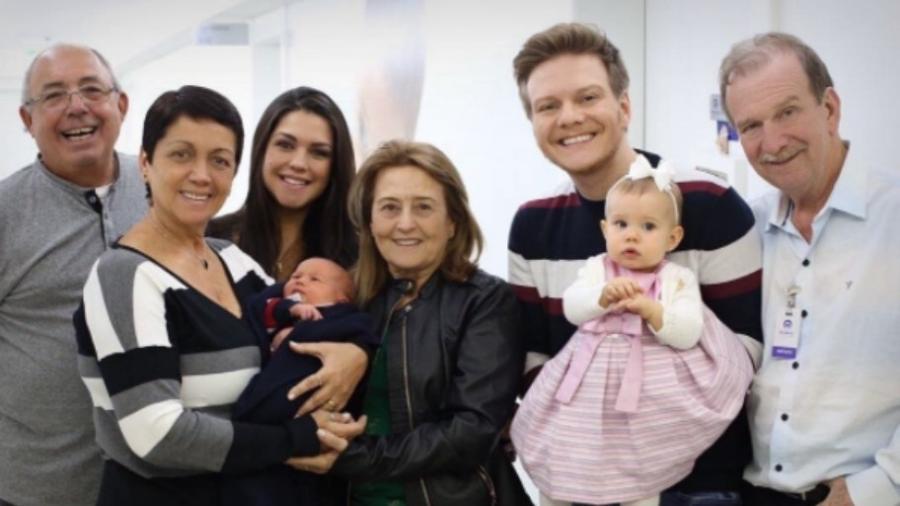 Thais Fersoza e Michel Teló deixam a maternidade com Teodoro, Melinda e os pais deles - Reprodução/Instagram/tatafersoza