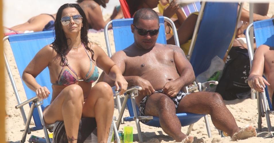 Viviane Araújo curte praia no Rio de Janeiro