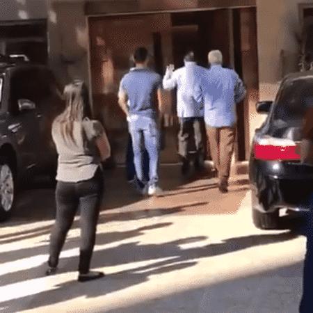 Silvio acena com tchauzinho após ignorar Carlinhos Aguiar em SP - Reprodução - Reprodução