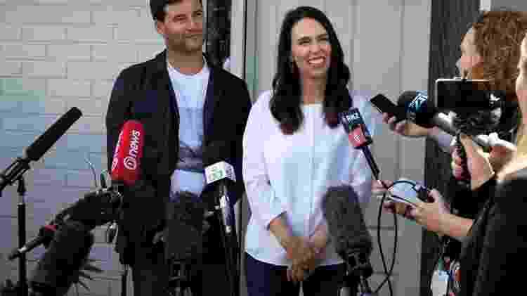 A premiê neo-zelandesa Jacinda Ardern e seu marido Clarke Gayford anunciam gravidez - AFP - AFP