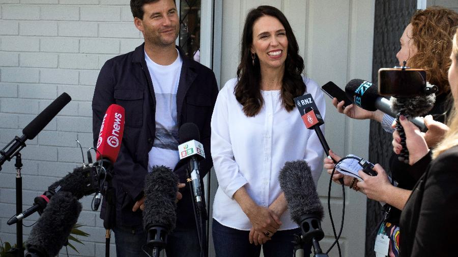 A premiê neo-zelandesa Jacinda Ardern e seu marido Clarke Gayford anunciam gravidez - AFP
