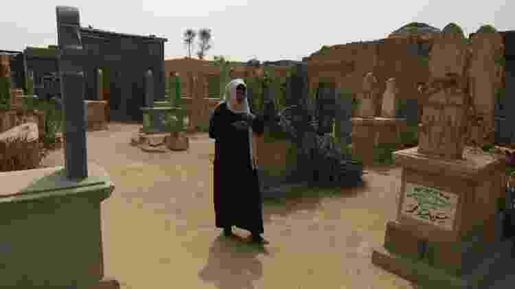 Moradora da Cidade dos Mortos anda entre os túmulos deste cemitério do Cairo - REUTERS/Amr Abdallah Dalsh - REUTERS/Amr Abdallah Dalsh