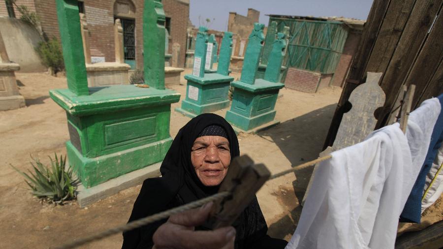 Na Cidade dos Mortos, túmulos fazem parte dos quintais das casas - REUTERS/Amr Abdallah Dalsh