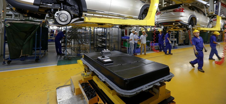 Linha de instalação de baterias dentro de fábrica de carros elétricos da BYD, na China. Empresa terá unidade em Manaus (AM) - Bobby Yip/reuters