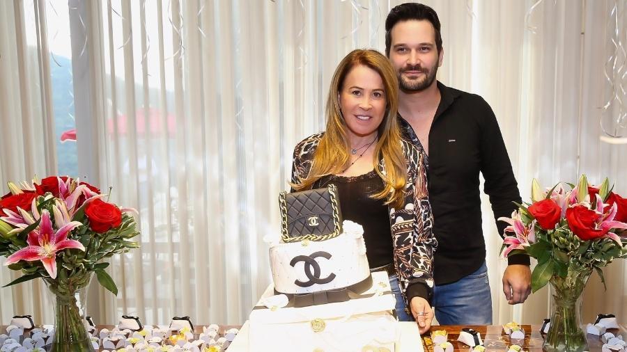 """Zilu Camargo posa com o namorado, o empresário Marco Ruggiero, em sua festa de 60 anos com o tema """"bolsa importada"""" - Manuela Scarpa/Brazil News"""
