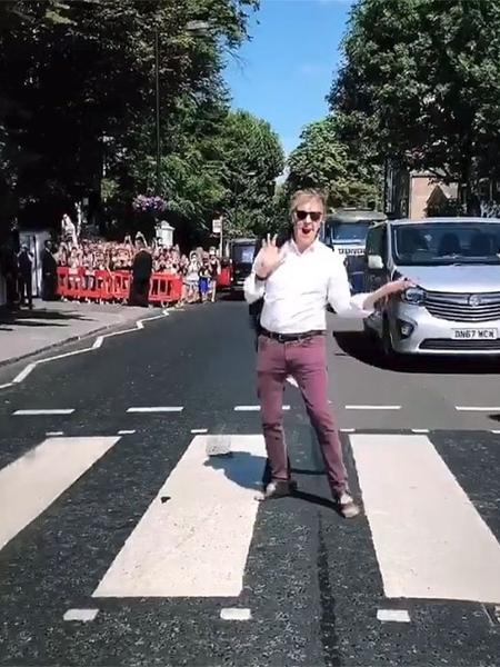 Paul McCartney atravessa a faixa de pedestre que ele mesmo imortalizou há quase 50 anos - Reprodução/Instagram/@paulmccartney