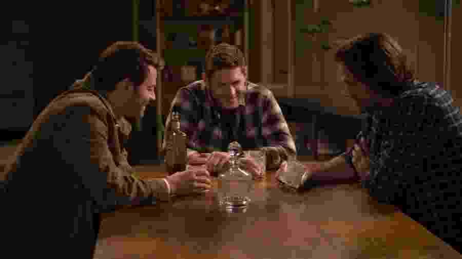 "Misha Collins, Jensen Ackles e Jared Padalecki em ""Supernatural"" - Divulgação/IMDb"
