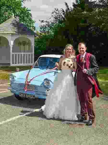 RiaScruggins e Matthew Tipper formam um casal é tão apaixonado pelo universo da saga Harry Potter que decidiram organizar uma cerimônia de casamento toda inspirada na história do bruxo - Reprodução/Facebook