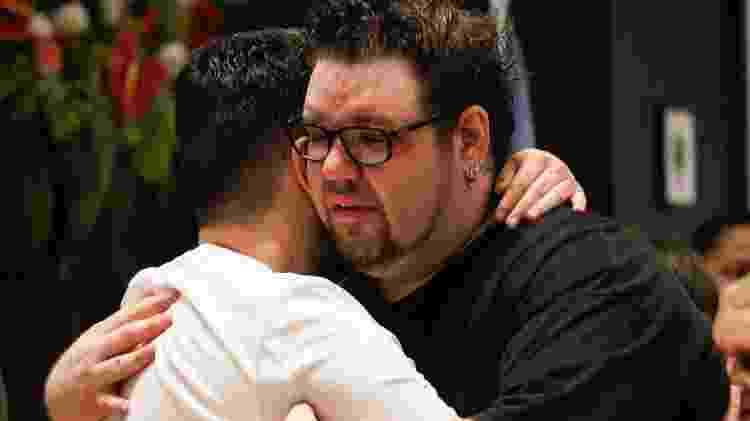 Rodrigo Leal, filho do cantor português Roberto Leal, é consolado durante velório do pai - Pablo Washington/Photopress/Estadão Conteúdo
