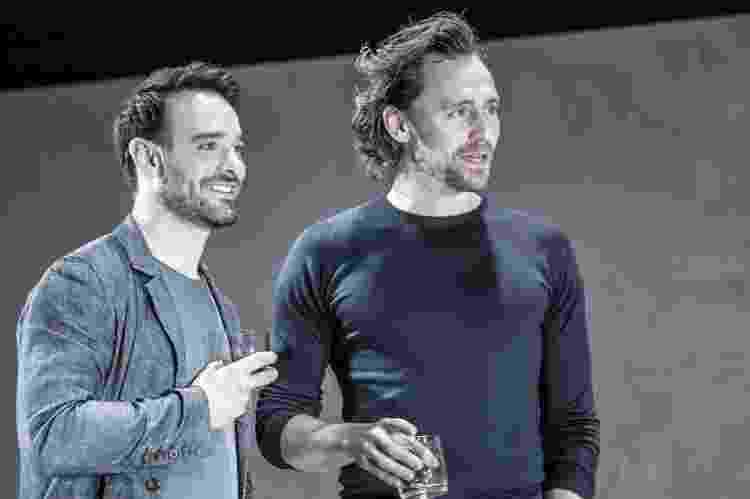 Tom Hiddleston (à dir.) em cena em 'Betrayal', peça pela qual foi indicado ao Tony - Reprodução - Reprodução
