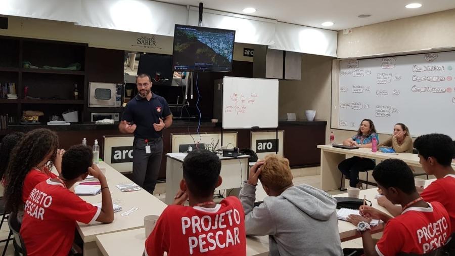 Gilson Ferreira de Jesus, diretor de recursos humanos da Makro, durante aula com jovens do Projeto Pescar - Divulgação