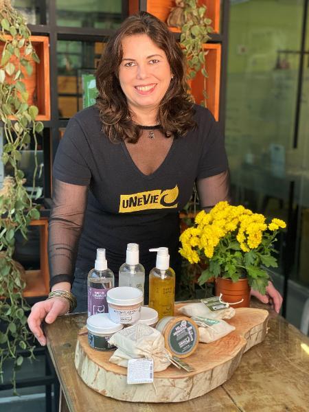 Andréia Munhoz, 45, de SP, criou marca de cosméticos vegana, a uNeVie Cosméticos - Bruna Azevedo/Divulgação