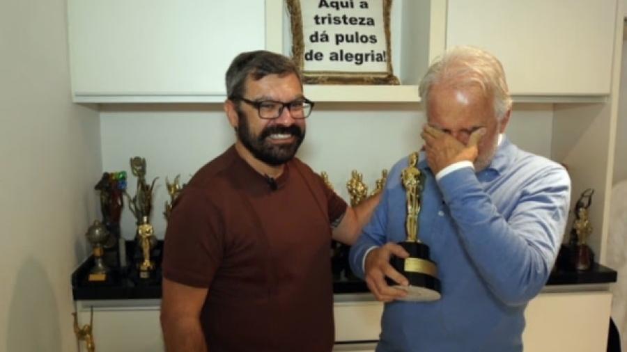 Marcello Camargo entrega um Troféu Imprensa de Hebe a Otávio Mesquita - Divulgação/SBT