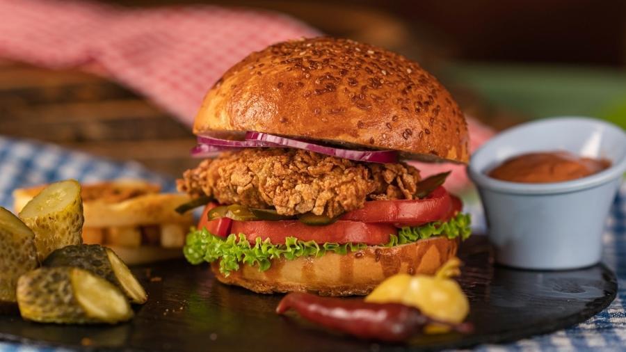 Sanduíche de frango frito: sobrecoxa é a melhor escolha - Ugur Karakoc/Getty Images