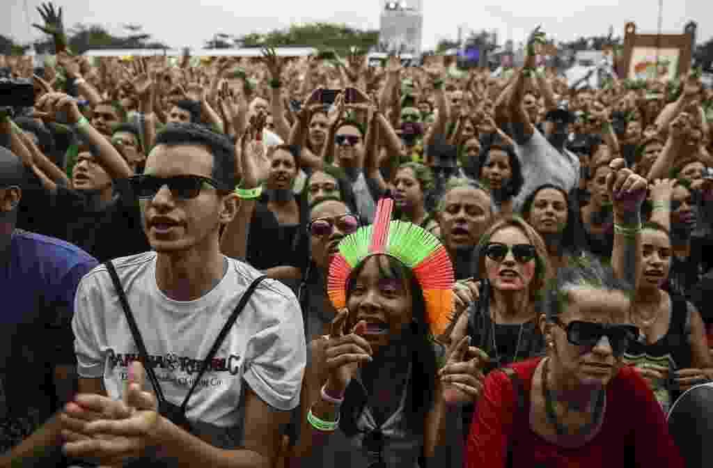 20.set.2015 - Público curte o show de Baby do Brasil com Pepeu Gomes e Pedro Baby, no palco Sunset, durante o terceiro dia do festival Rock in Rio 2015. - Antonio Lacerda/EFE