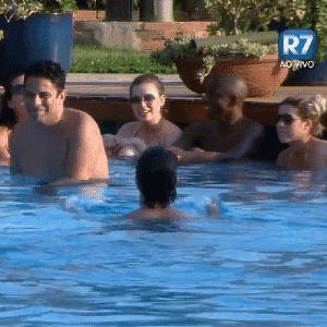 24.set.2015 - Peões de refrescam na piscina - Reprodução/Record
