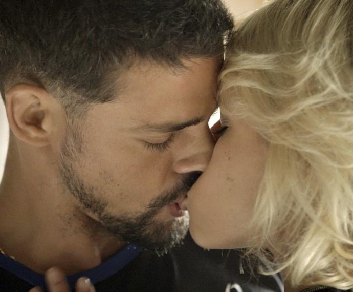 Juliano e Belisa se beijam, quando ele interrompe o clima de romance para dizer que pretende acabar com a facção