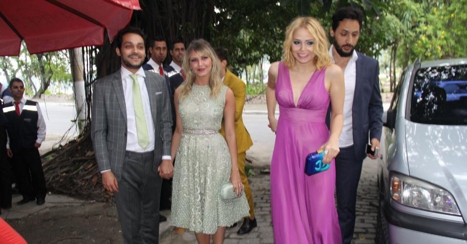 6.dez.2015 - Eduarto Sterblitch e Letícia Colin chegam com seus acompanhantes ao casamento de Sophie Charlotte e Daniel de Oliveira
