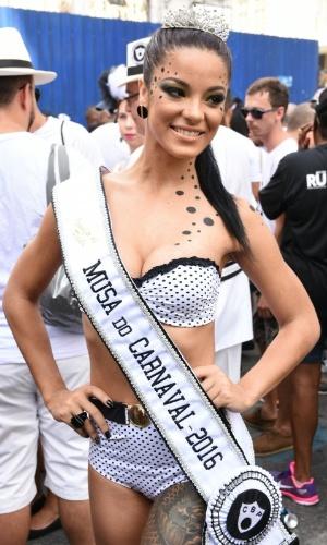 06.fev.2016 - Musa do Cordão da Bola Preta, Jennifer de Paula usa maquiagem simples mas elegante para desfile, no Rio de Janeiro.