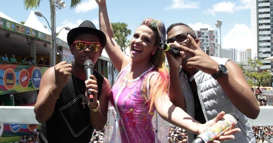 """Carla Perez recebe a dupla Lucas e Orelha, os campeões do programa """"SuperStar"""", da Globo, em 2015, no trio Algodão Doce"""