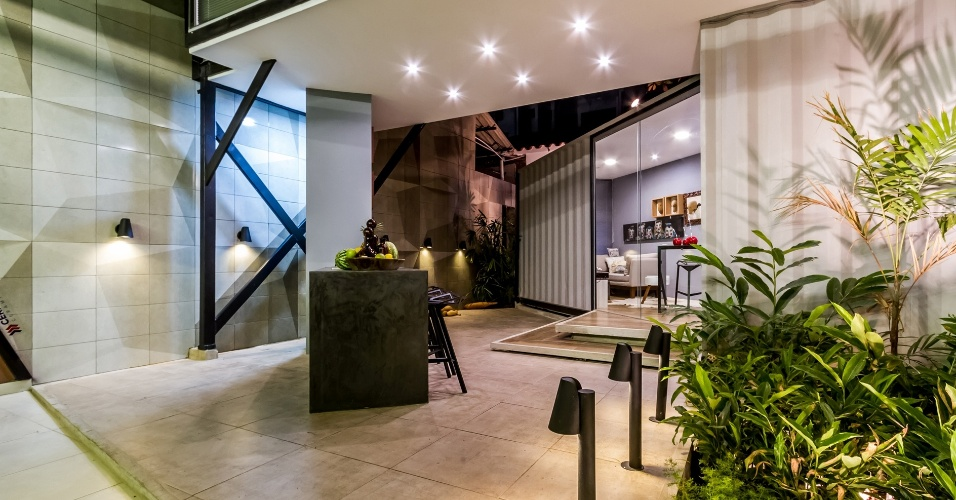 Na parte de baixo do Refúgio Contemporâneo estão localizadas a garagem, o jardim com churrasqueira e a lavandeira. A mini-casa com 55 m² está em exibição na edição boliviana da Casa Cor 2016 e é assinada por Eduardo Baldelomar